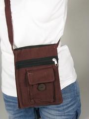 Praktická taška přes rameno s kapsou na mobil a 2 kapsami na zip.